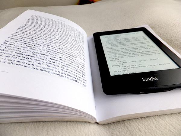 Kindle Paperwhite położony na książce papierowej